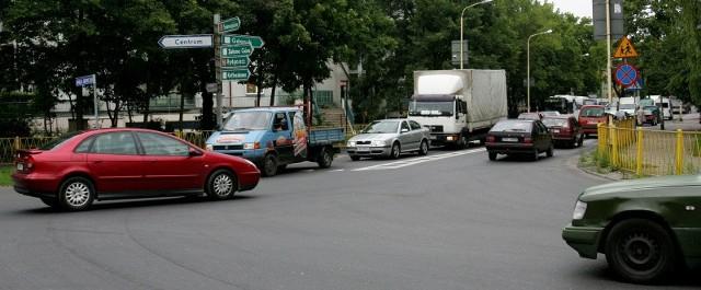 Miasto uważa, że światła na tym skrzyżowaniu utrudniłyby przejazd. Policja zaś i ratownicy drogowi twierdzą, że sygnalizacja świetlna upłynniłaby ruch. Kto ma rację widać na zdjęciu.