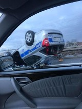 Wypadek policyjnego radiowozu na DTŚ w Katowicach. Radiowóz dachował na estakadzie. Policjant ranny ZOBACZCIE ZDJĘCIA