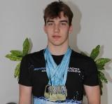 Kacper Płoszka z Brzezin dziewięciokrotnym złotym medalistą Letnich Mistrzostw Okręgu Łódzkiego w pływaniu