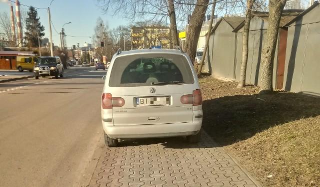 Kierowca volkswagena zaparkował na całej szerokości chodnika przy ul. Traugutta w Białymstoku