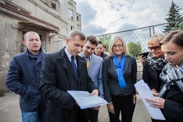 Zawiadomienie o popełnieniu przestępstwa podpisane przez polityków PO ma wpłynąć do prokuratury w poniedziałek rano.