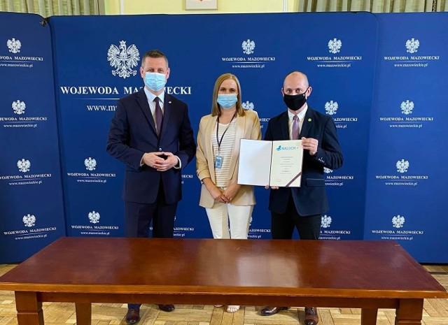 Na zdjęciu od lewej: wicewojewoda Artur Standowicz, skarbnik gminy Joanna Bednarczyk oraz wójt Arkadiusz Baran.