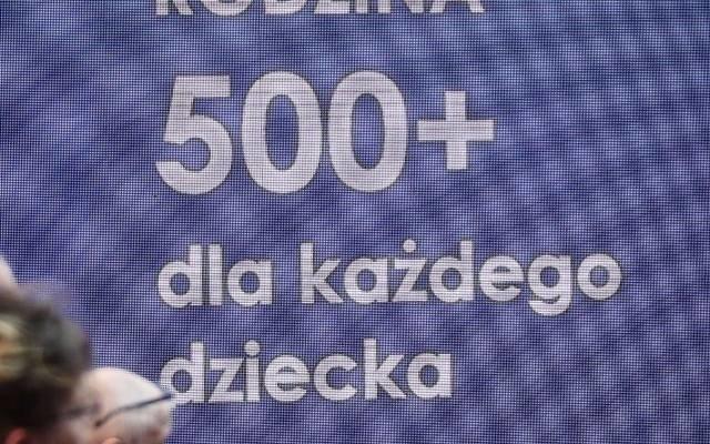 Program Rodzina 500 plus działa już od ponad czterech lat. Od 1 lipca 2019 roku świadczenie przysługuje wszystkim dzieciom poniżej 18 roku życia, bez względu na dochody uzyskiwane przez rodzinę. Czy to się zmieni? Jakie są propozycje? Zobacz także:Toruń: bezrobocie wciąż rośnie!Terrarystyka - co torunianie trzymają w domach?Koronawirus mocno uderzył w polską gospodarkę. Rodzice zadają sobie pytania - co z 500 Plus? Czy dalej będzie wypłacane? Czy rząd znajdzie na to pieniądze? A może kwota zostanie podwyższona, ponieważ wiele rodzin w związku z pandemią znalazło się w trudnej sytuacji finansowej? Te pytania nurtują Polaków. W lipcu zwykle należało składać wniosek o świadczenie na kolejny rok. Jednak w tym zakresie szykują się zmiany. SZCZEGÓŁY NA KOLEJNYCH STRONACH >>>>tekst: Sara Watrak