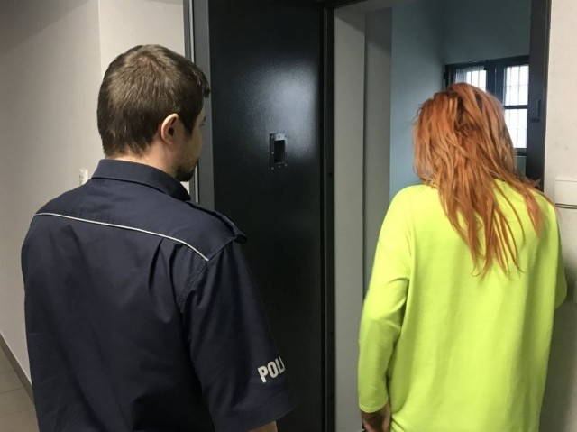 Do tego niecodziennego zdarzenia doszło w poniedziałek ok. 18.00 w jednym z mieszkań w Czechowicach-Dziedzicach przy ul. Kochanowskiego. Matka zostawiła bez opieki swojego 3-letniego syna, który w pewnym momencie wspiął się na parapet mieszkania usytuowanego na pierwszym piętrze.Przez okno zobaczył dzieci bawiące się na podwórku i chciał przyłączyć się do nich. Stojącego na parapecie otwartego okna 3-letniego chłopczyka dostrzegł bawiący się na podwórku 6-latek. Natychmiast podbiegł pod to okno i... złapał 3-latka, który wyskoczył z wysokości około 3 metrów na trawnik.