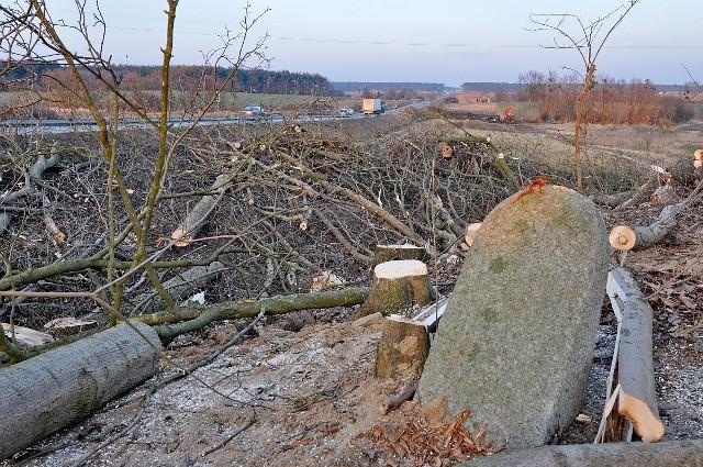 Jeden z postumentów cmentarnych,  który ostał się jeszcze na terenie likwidowanej części cmentarza we Wiągu. Jak ustaliliśmy i on ma zostać zabrany do tworzonego lapidarium
