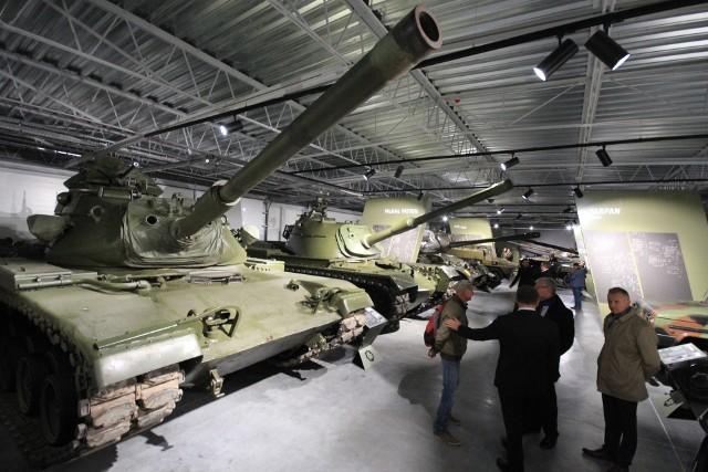 Muzeum Broni Pancernej w Poznaniu otwarte zostanie dla zwiedzających we wtorek, 8 października. Placówka mieści się na terenie dawnych koszar wojskowych na Ławicy przy ul. 3 Pułku Lotniczego 4. Sprawdź, ile kosztują bilety i jakie są godziny otwarcia. Zobacz, jak muzeum wygląda w środku. Przejdź dalej i zobacz kolejne zdjęcia --->