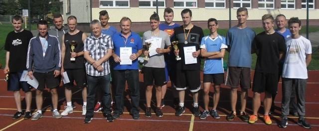 Uczestnicy turnieju w streetballa o puchar Dyrektora Samorządowej Szkoły Podstawowej numer 3 w Kazimierzy Wielkiej. Rywalizowali w nim zawodnicy z powiatu kazimierskiego.