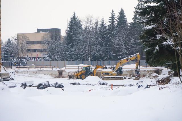 Rozpoczęta w listopadzie budowa nowoczesnego basenu przy ul. Matuszczaka w Rzeszowie trwa nieprzerwanie mimo śnieżnej zimy. Prace przebiegają zgodnie z harmonogramem.