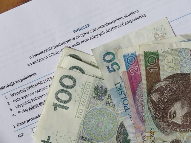 Wysokość świadczenie postojowego dla samozatrudnionych co do zasady wynosi 2080 zł, jest nieoskładkowane oraz nieopodatkowane. Przedsiębiorcy, którzy płacą podatek w formie karty podatkowej i korzystają ze zwolnienia z podatku VAT, otrzymają świadczenie postojowe w wysokości 1300 zł.