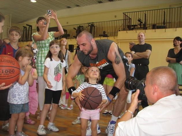 Marcin Gortat, najlepszy polski koszykarz, przyjechał do Lublińca w ramach swojej akcji propagowania koszykówki Marcin Gortat Camp 2011