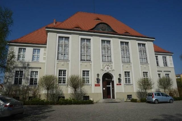 Siedzibą Uniwersyteckiego Liceum Ogólnokształcącego będą budynki uniwersyteckie w Sulechowie, ale zajęcia będa się też odbywać w Zielonej Górze