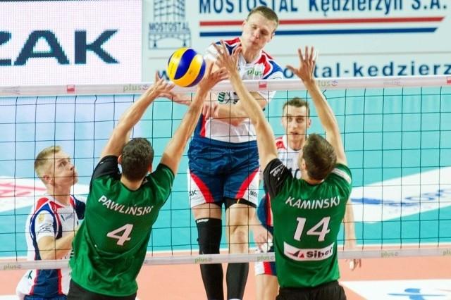 W pierwszym meczu z Fartem Kielce Jurij Gladyr (atakuje) dość pewnie radził sobie z blokiem Macieja Pawlińskiego i Adama Kamińskiego.