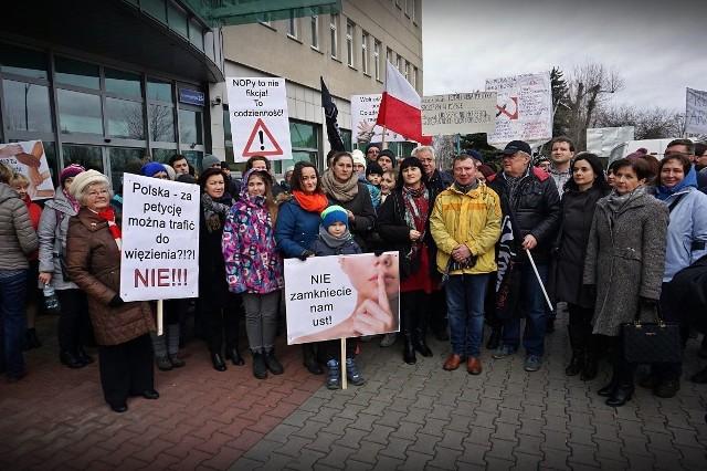 Przed sądem przy ul. Kamiennogórskiej pikietowały osoby wyrażające poparcie dla działań Stowarzyszenia Stop Nop