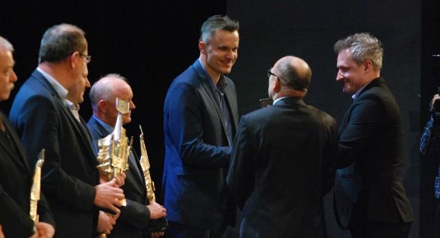 Nagrodę dla najlepszej drużyny we współzawodnictwie sportowym Vive Taronu Kielce odebrał dyrektor klubu Radosław Wasiak (trzeci z prawej)