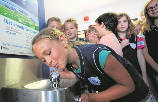 Chętnych do spróbowania wody nie brakowało. Według uczniów woda jest smaczna i ładnie pachnie.