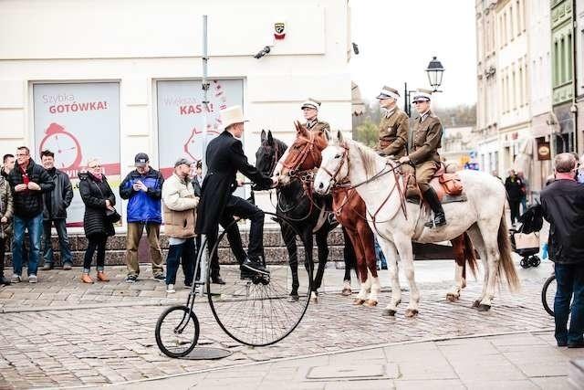 Na ulicy Długiej doszło do spotkania cyklistów i kawalerzystów