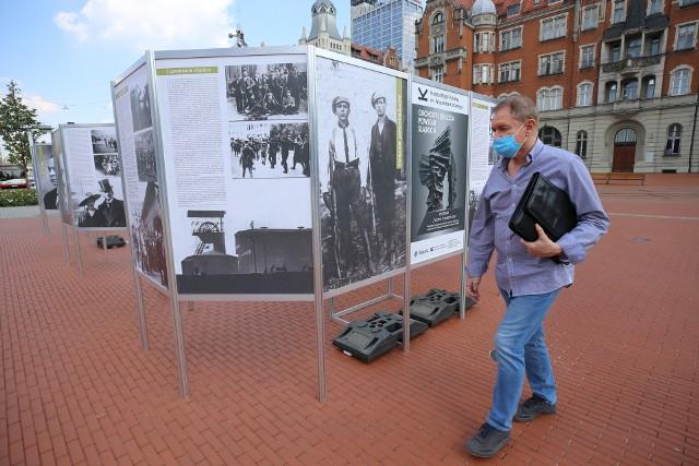 """Wystawa """"Twarze Powstańców"""" dotarła na rynek w Katowicach.Zobacz kolejne zdjęcia. Przesuwaj zdjęcia w prawo - naciśnij strzałkę lub przycisk NASTĘPNE"""