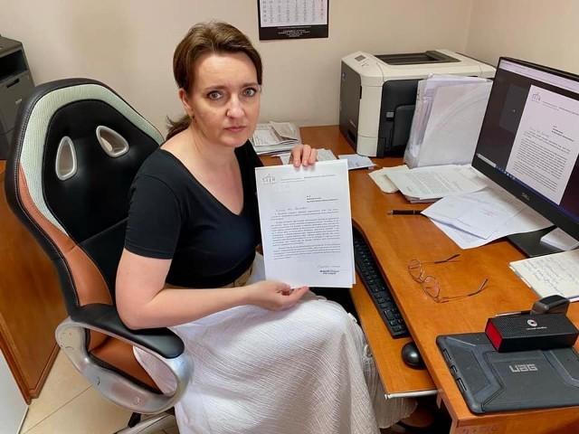 Marzena Okła-Drewnowicz prezentuje list otwarty do burmistrza Działoszyc Stanisława Porady.