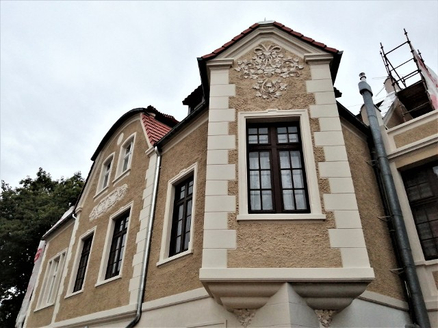 Kamienica przy ul. Wrocławskiej 12 w Zielonej Górze jest odnawiana. Spod rusztowań wyłoniła się już odremontowana ściana frontowa. Jak wcześniej wyglądał budynek?