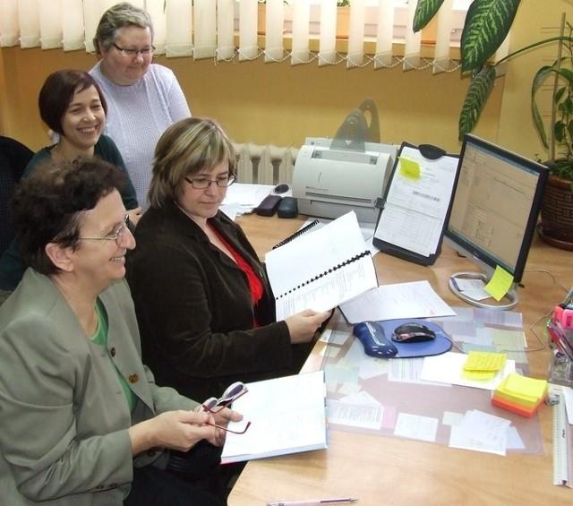 Bibliotekarki Teresa Zaucha, Maria Grzegorek, Anna Bocian i Cecylia Bielak uczą się obsługi nowego systemu ALEPH