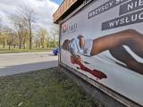 Kobieta w kałuży krwi na billboardach w Katowicach. Kto wymyślił kontrowersyjną reklamę producenta rajstop Adrian?