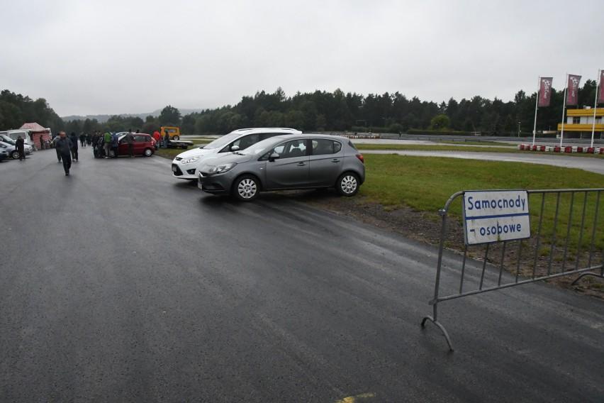 Kiedyś na giełdzie w Miedzianej Górze koło Kielc królowały samochody. Teraz asortyment jest znacznie bogatszy, ale jest jeszcze sporo osób, które chcą tu sprzedać albo kupić auto. W niedzielę, 27 września sprawdziliśmy, czym można było wyjechać z giełdy.>>>>>>>>>>>>>>NA KOLEJNYCH SLAJDACH PREZENTUJEMY SAMOCHODY I ICH CENY