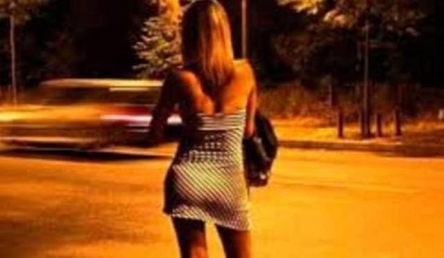 """Policjanci szybko ustalili, że ofiary morderstwa to prostytutka i jej klient. 19-letnia Anna R. znana jako  Jowita pracowała w """"fachu"""" od niedawna. https://pomorska.pl/sprawy-z-archiwum-x-w-kujawskopomorskiem-nawet-wlos-albo-grudka-ziemi-moze-doprowadzic-po-latach-do-zabojcy/ar/c15-15200370Mężczyzna, który najwyraźniej feralnego dnia chciał skorzystać z jej usług, to liczący dwadzieścia dziewięć lat Przemysław S., mieszkaniec pobliskiej miejscowości. Niekarany wcześniej, żonaty ojciec dwójki dzieci pracował w charakterze stolarza w firmie produkującej meble. W pobliżu ciał zaparkowany był jego samochód marki Audi A5.Z początku wydawało się, że sprawa zostanie szybko rozwikłana. Już niespełna miesiąc po zabójstwie śledczy ustalili dwóch potencjalnych podejrzanych."""