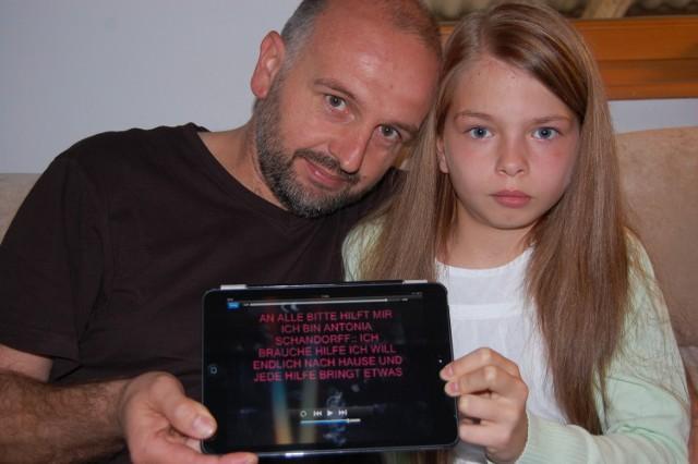Axel Schandorff z córką Antonią pokazują filmik zamieszczony przez dziewczynkę w sieci
