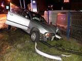 Nowy Sącz. Wypadek na ul. Węgierskiej, kierowca BMW uderzył w latarnie i uciekł?  [ZDJĘCIA]