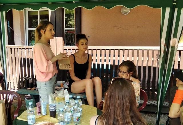 Nastolatki z Domu Dziecka w Opolu dostały nie tylko gamę produktów do makijażu, ale również fachową poradę, jak dbać o cerę. Kosmetyki zebrane w ramach kolejnej akcji mają szansę trafić do dziewcząt z placówki w Skorogoszczy.