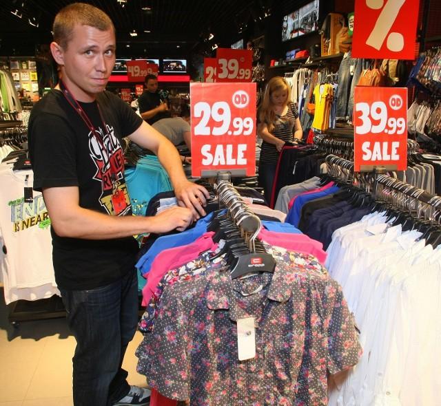 W Cropp Town w Galerii Echo tłumy młodzieży. Nic dziwnego modne ubrania po 19,99, 29,99, 39,99 czy 49,99 zachęcają do zakupów. – Jest w czym wybierać – mówi sprzedawca Karol Bełtowski. – Ale obawiam się, że wkrótce może zabraknąć towaru, tak duże jest zainteresowanie – dodaje kierownik salonu Magdalena Prusicka.