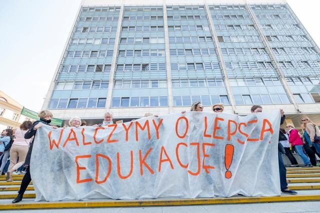 15 października nauczyciele rozpoczną strajk włoki. Będą powstrzymywali się od obowiązków, za które nie otrzymują wynagrodzenia. Związek nauczycielstwa Polskiego przygotował spis zadań, które nauczyciel powinien wykonywać w ramach prawa oświatowego i ustalonej pensji.