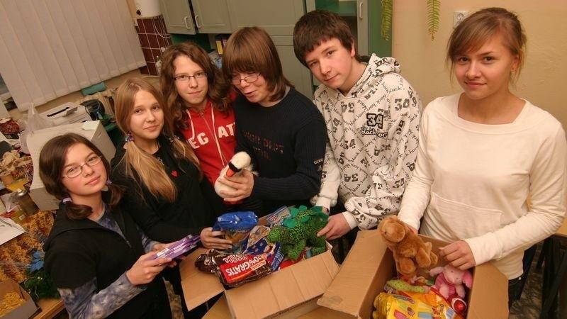 Wolontariusze: Klaudia, Małgosia, Marta, Maks, Mariusz i Ewa z prezentami, które trafią do potrzebujących rodzin.