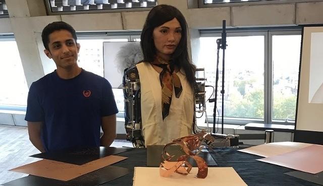 Fembot Ai-Da z jednym z jej twórców