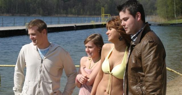 Od lewej: Kacper, Julita, Sandra i Miłosz już zaczęli sezon. Wczoraj odpoczywali na pomoście w Nierzymiu, spacerowali po plaży. Dziewczyny nawet wskoczyły do wody. - Ciepła jest - zapewniały.