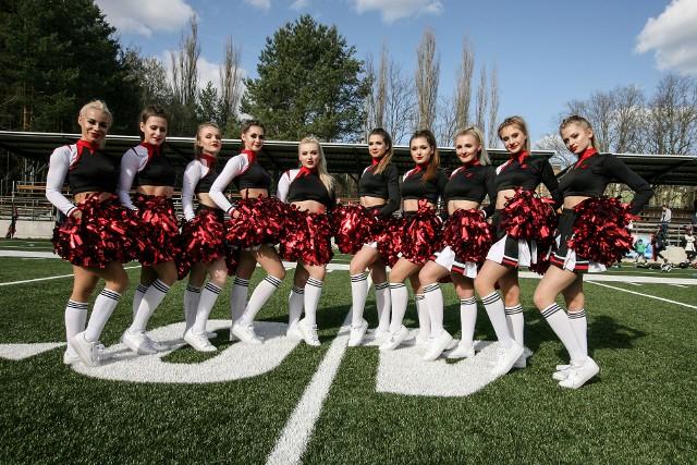 Zielonogórskie drużyny wspierają piękne kobiety. Żużlowcy zawsze mogą liczyć na doping F16 Falubaz Girls, tanecznym krokiem i pozytywną energią zagrzewają do gry koszykarzy panie z  Cheerleaders Zielona Góra. W tym roku powstała także profesjonalna sekcja Cheerleaders Wataha Zielona Góra. Panie spotkacie na stadionie przy ul. Botanicznej. To one będą wyprowadzać i dopingować futbolistów Watahy Zielona Góra. Zobacz również:Poznajcie Falubaz Girls na sezon 2019 [ZDJĘCIA];nfCheerleaders Zielona Góra w akcji [ZDJĘCIA];nfPierwszy oficjalny występ przed zielonogórskimi kibicami za nimi. W niedzielę, 24 marca Cheerleaders Wataha Zielona Góra zaprezentowały się podczas meczu, w którym Wataha Zielona Góra zmierzyła się z Armią Poznań.  - Spowite dymem, wystrzałowo i bardzo spektakularnie! Tak wprowadzałyśmy futbolistów. Mamy nadzieję, że się podobało – napisały dziewczyny na swoim oficjalnym koncie na Facebooku. Jak było podczas niedzielnego występu? Musicie to zobaczyć!>>>Dziewczyny będą urozmaicały każdy z występów i meczów na stadionie przy ul. Botanicznej 66, a przygotowują się pod czujnym okiem choreografki Basi Mieszkalskiej. - Dziękujemy za tak wspaniałe przyjęcie! Nadal dostajemy od Was mnóstwo wiadomości. Zupełnie nie spodziewałyśmy się tak dobrych opinii! O profesjonalizmie i jakości mówią jedni. Inni, że czuć #teamSpirit . I to nas ogromnie cieszy! Chcemy budować ten zespół na dobrych relacjach i tańcu na najwyższym poziomie. A że przykład idzie z góry, to nie może być inaczej. Cały klub Wataha nas niesamowicie wspiera. Czujemy to i tym bardziej chcemy się starać, bo wiemy, że tworzymy to razem. Dajcie nam jeszcze rok, może 2 lata... Zmienimy postrzeganie cheerleaderek w Polsce. To nie będzie ten sam zespół! Mierzymy wysoko - czytamy na FB. Wataha Zielona Góra przegrała z Armią Poznań w pierwszym meczu ekstraklasy [ZDJĘCIA];nfWIDEO: Cheerleaderki w Gorzowie - pokaz