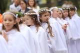 """Komunia za """"tysiaka"""". Księża apelują o skromność, ale w życiu różnie bywa [ILE KOSZTUJE KOMUNIA, CENY STROJU, SALI...]"""