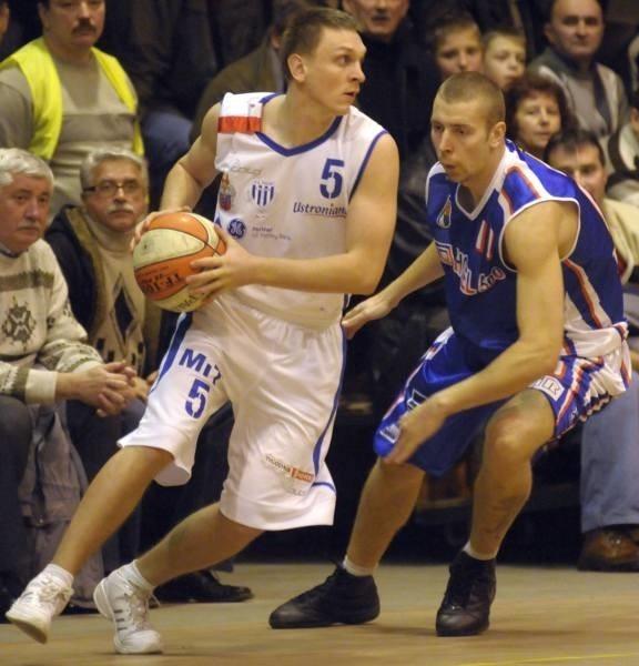 Rozgrywający Pogoni Kamil Czapla (z lewej) mija Wiktora Wizerkaniuka.