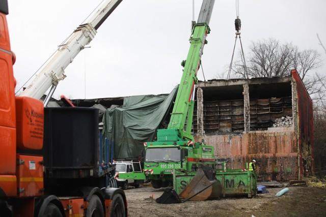 Trwa rozbiórka jednej ze spalonych hal miejskiego archiwum