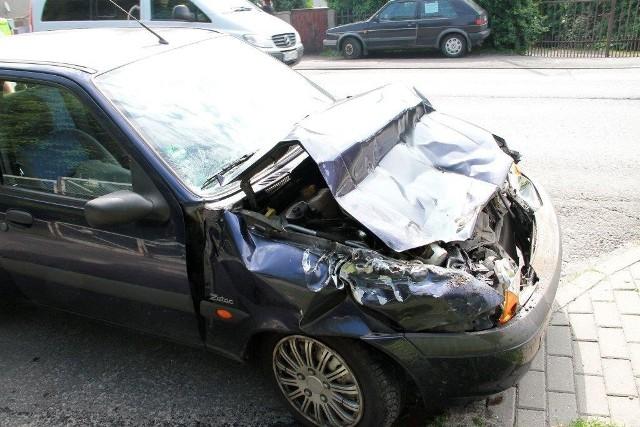 Dziś kilka minut przed godziną 9.00 na ulicy Oleskiej w Opolu zderzyły się trzy pojazdy - osobowy ford i renault oraz autobus autosan. Kierowca renault, który najechał na forda, ten uderzył z kolei w autobus, został ukarany mandatem w wysokości 300 złotych. W zdarzeniu najbardziej ucierpiał ford. Z miejsca kolizji odjechał na lawecie.