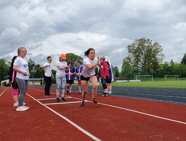 W Sępólnie Krajeńskim stu zawodników z niepełnosprawnością intelektualną z całej Polski rywalizowało w 28  Mistrzostwach Polski Sprawni-Razem w Lekkiej Atletyce