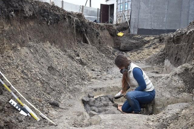 Sensacyjnym znaleziskiem jest 11 palenisk z kamieniami, których pochodzenie może wskazywać na kulturę łużycką