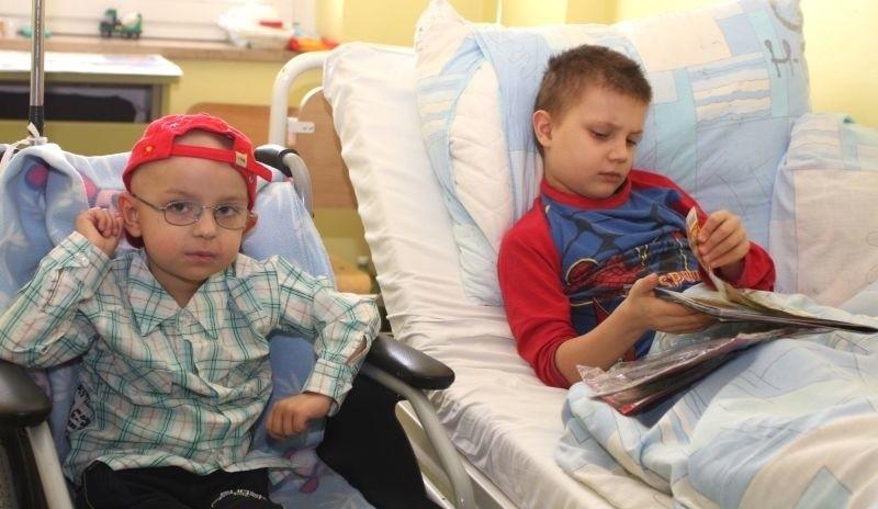Adaś i Wiktor zdążyli się zaprzyjaźnić i dużo czasu spędzają razem, kiedy lepiej się czują, biegają po oddziale.