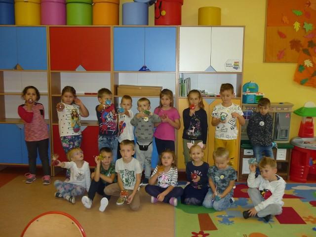 """Dzieci ze szkoły w Kaszowie robiły kolorowe mydełka zapachowe, warsztaty odbyły się w ramach projektu """"Sztuka - bawi, uczy, wychowuje""""."""