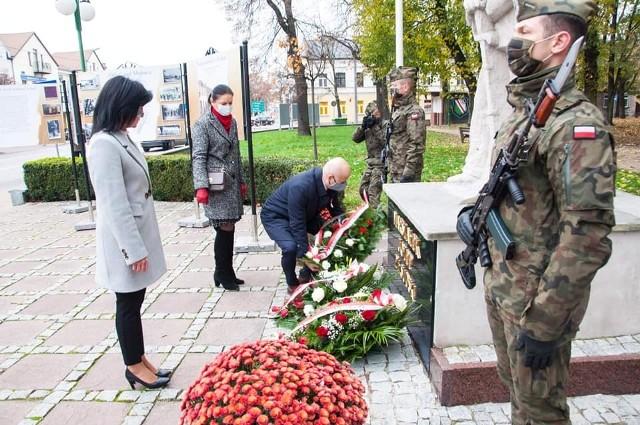 Tegoroczne obchody Narodowego Święta Niepodległości w Grójcu odbyły się w kameralnej formie. Odbyła się msza święta, a następnie delegacja Urzędu Miejskiego wraz z burmistrzem Dariuszem Gwiazdą złożyła kwiaty w miejscach pamięci na terenie miasta.
