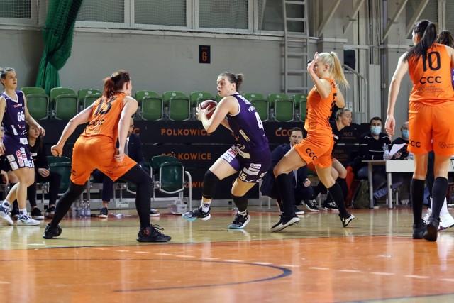 Gorzowskie koszykarki od porażki rozpoczęły rywalizację o finał w ekstraklasie.