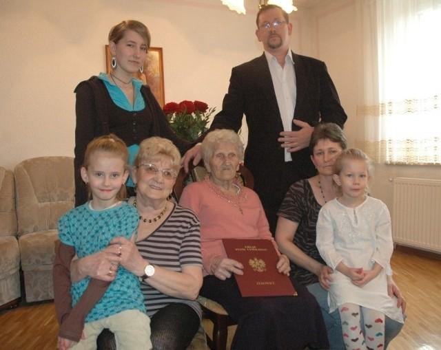 Pelagia Tomczak z opiekującą się nią rodziną Hanuszewiczów. Na dole od lewej: Wiktoria, Helena, jubilatka, Beata i Sara. U góry od l.: Nadia i Bogusław.