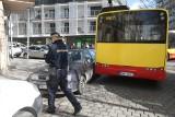 Autobus MPK zablokował skrzyżowanie. Przez źle zaparkowane auta