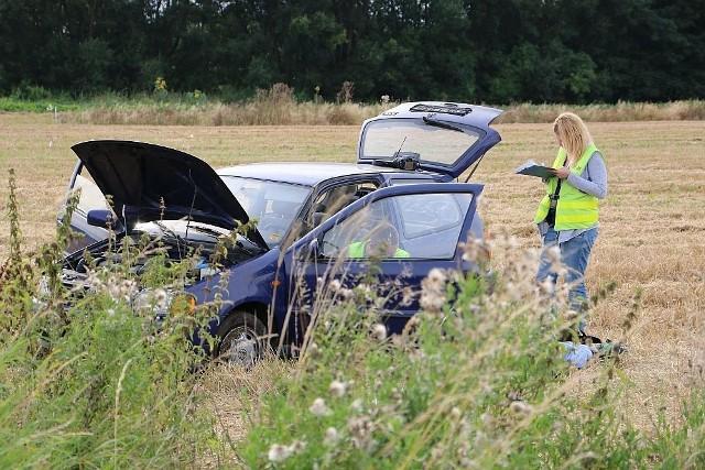 Samochód zatrzymał się w polu na wschodnich rogatkach wsi Stary Dworek.