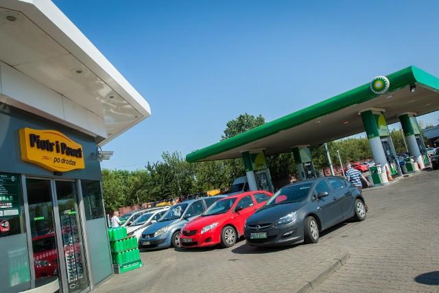 """Funkcjonowanie sklepów spożywczych zostanie przeniesione także na inne stacje benzynowe. Stacje BP od dłuższego już czasu inwestują intensywnie w rozwój oferty poza paliwowej, w tym oferty sklepowej, testując rozmaite rozwiązania oraz wprowadzając szereg innowacji.- Wsłuchując się w potrzeby rynku, zdecydowaliśmy się rozpocząć w roku 2017 testowy projekt we współpracy z siecią supermarketów Piotr i Paweł. Powstał koncept """"Piotr i Paweł po drodze"""". Stacja benzynowa – gdzie można zatankować, doładować kartę, zjeść bagietkę czy wypić kawę – stała się miejscem, gdzie można zrobić zakupy, które nie wymagają dużej ilości czasu w trakcie, ale również podczas, których kupimy w większości produkty, które są bądź gotowe bądź pozwolą w kilka chwil przygotować posiłek - mówi Dorota Adamska, z polskiego oddziału BP.ZOBACZ TEŻ: Lidl podnosi płace nawet do 4050 zł! Mamy komentarzPodkreśla, że na razie jest to projekt pilotażowy – działają na razie trzy takie placówki w Polsce."""